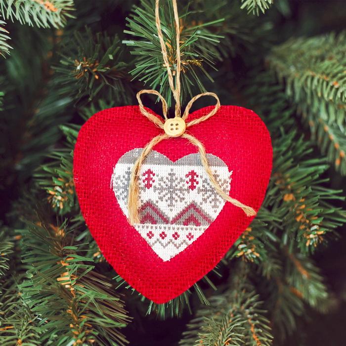 3441930 Набор для создания подвесной елочной игрушки из ткани 'Сердечко с пуговкой'