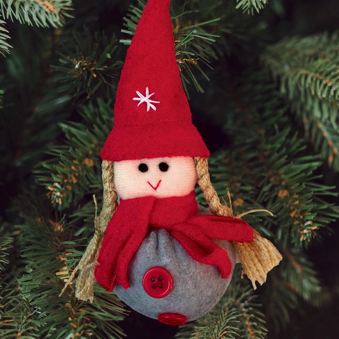 3441978 Набор для создания подвесной елочной игрушки из фетра 'Девочка в шапочке'